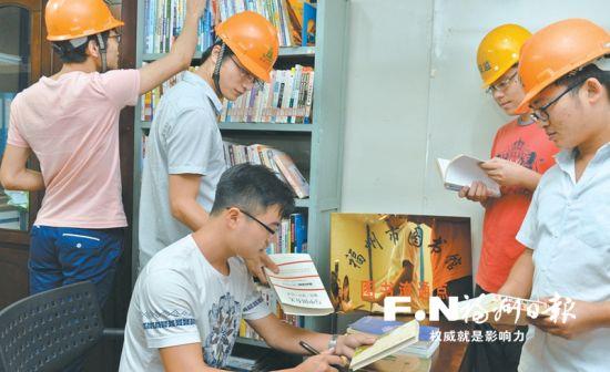 市图书馆在工地开设图书流通点。记者 叶义斌摄