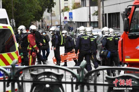 当地时间9月25日,法国首都巴黎发生持刀袭击事件。袭击发生于巴黎十一区的《查理周刊》总部原址附近。图为袭击事件现场戒备森严,大批救援人员在现场排查。 中新社记者 李洋 摄
