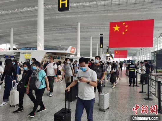 资料图:中秋、国庆双节临近,广州白云机场旅客逐渐增多。广州白云机场供图