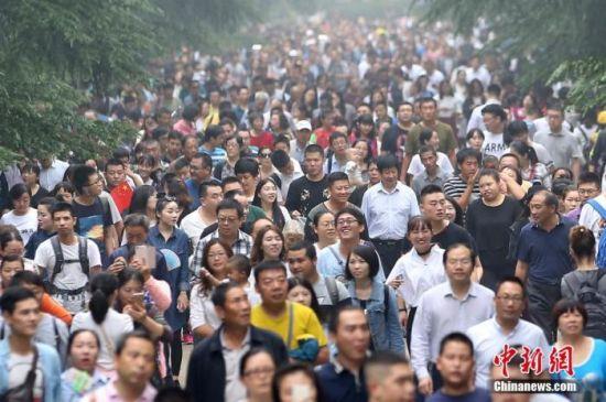 资料图:大批游客进入南京中山陵参观。中新社记者 泱波 摄
