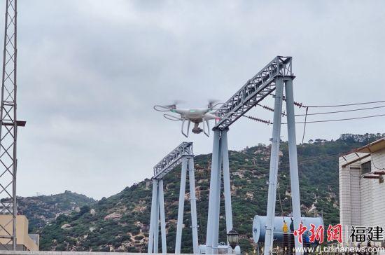 无人机巡视输配电线高姐路。余丽霞摄