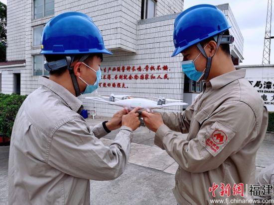 指导输配电运检人员掌握无人机巡视输配电线路技术。余丽霞摄