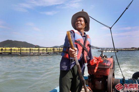 老陈每天的工作,便是从码头到鱼骨沙洲之间来回接送游客。福建日报记者 林辉 通讯员 殷琪 陈钰鑫 摄