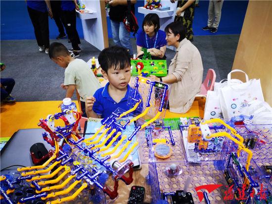 一款儿童游戏教具吸引了小朋友目光。