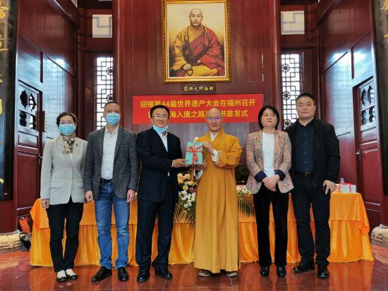 发布会现场,戎章榕向开元寺赠送了100本书籍作为留念。