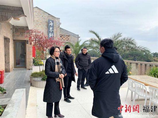图为考察霞浦县民宿业。