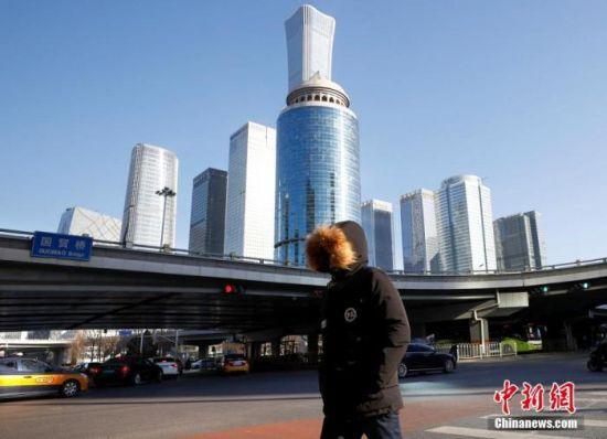 资料图:1月7日,市民在北京的寒风中出行。 中新社记者 富田 摄