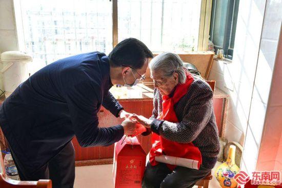 同安区卫健局走访慰问百岁老人。夏海滨 摄