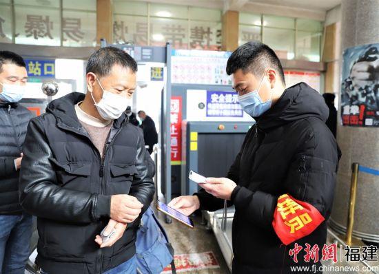 图为车站工作人员对旅客进行健康监测。 魏知秋 摄