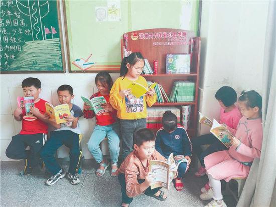 江亩坑小学的爱心图书角受到小朋友们的欢迎。(受访者供图)