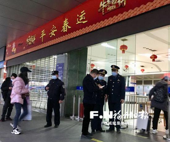 市道运中心工作人员在客运站协助核验乘客身份证和健康码。(市道运中心供图)