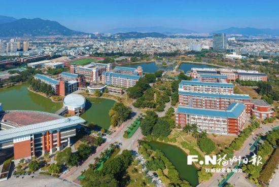 绿意盎然的大学校园。