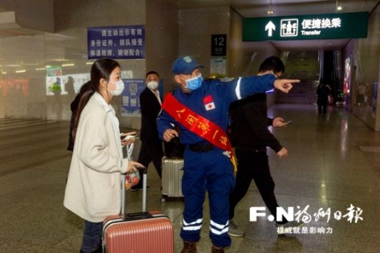 志愿者为旅客指路。记者 邹家骅 摄