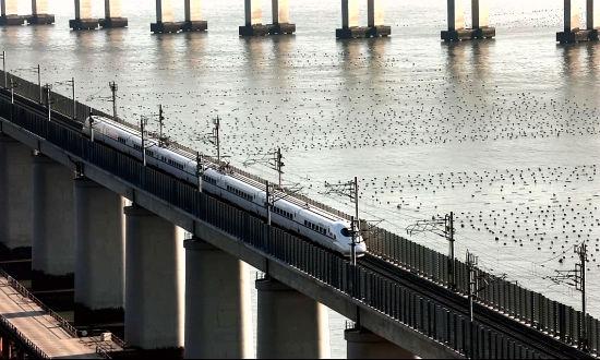 动车组列车驶过平潭海峡公铁大桥。王福斌摄