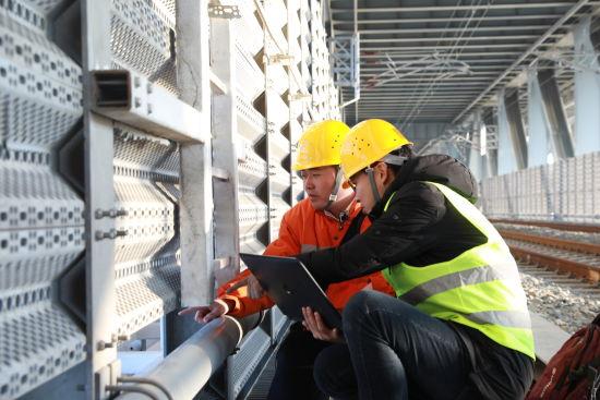 现场工作人员对大桥上的传感器进行调试。王福斌摄