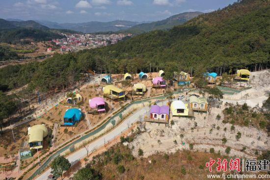 虹山乡樱梅园刚建成的民宿清新雅致。