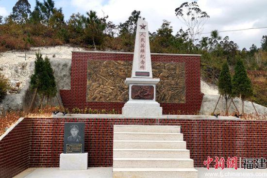 洪四村在原烈士墓旧址修建人民英雄纪念碑。