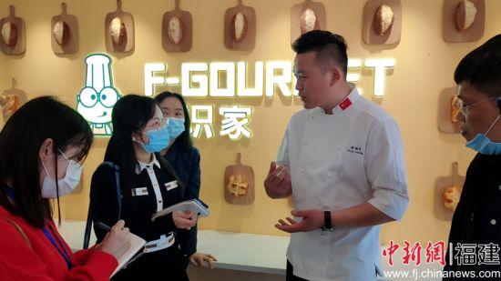 第二届世界面包大赛六国精英赛冠军朋福东接受媒体记者采访。
