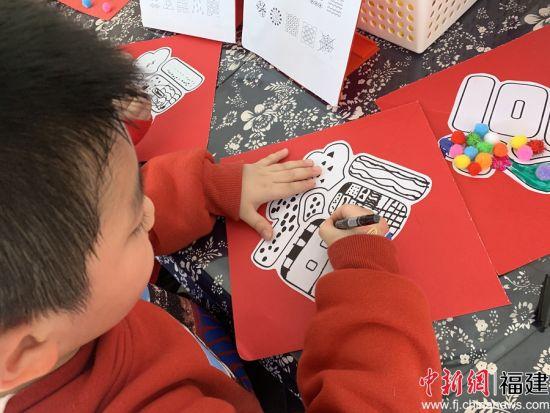 小朋友在福字上进行创作,让其更有节日的氛围。