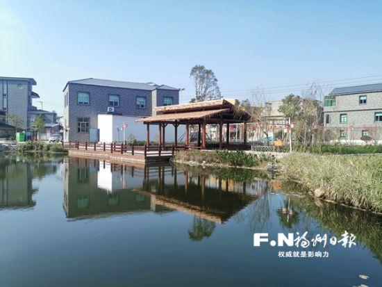 山边刘村内的休闲公园。记者 余少林 摄