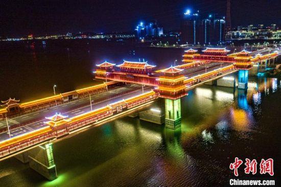 漳州市金峰大桥夜景迷人。 柳长兵 摄