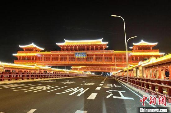 """金峰大桥主桥采用""""廊桥芗韵""""设计方案。 柳长兵 摄"""