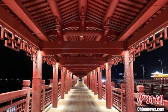 金峰大桥桥梁两侧人行道设置有长廊和古亭。 柳长兵 摄