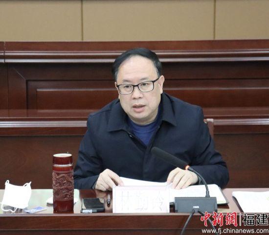 图为宁德市人社局党组书记、局长林勤铃发言。
