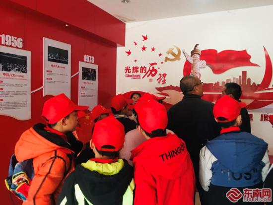洪墩中心小学师生代表,到洪墩镇水口寨新时代文明广场,开展开学第一课《从小学党史》主题活动。