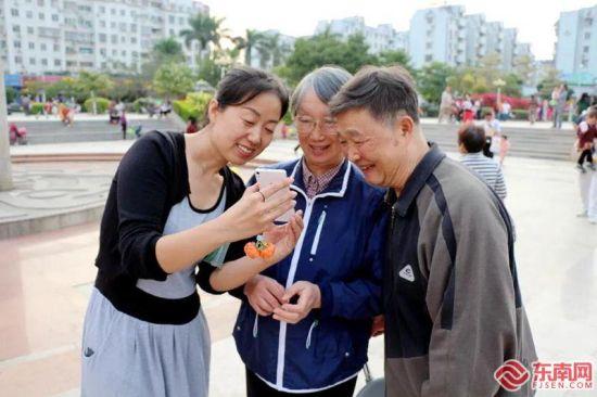 赵亚娟与社区老人沟通交流。(资料图 东南网记者 邹玒摄)