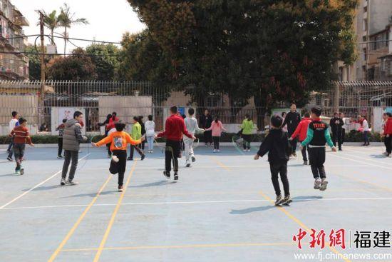 学生利用课间在操场跳绳