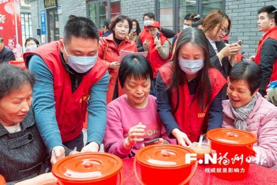 志愿者为居民端上拗九粥。记者 邹家骅 摄