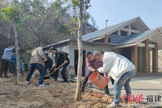 在泉台湾同胞、在泉定居金门同胞携手植树。(吴冠标 摄)