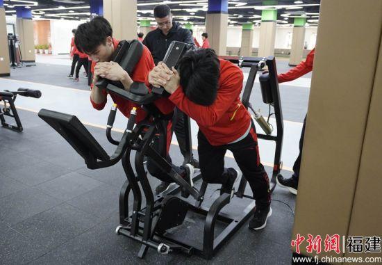 运动员们使用设备。彭莉芳 摄