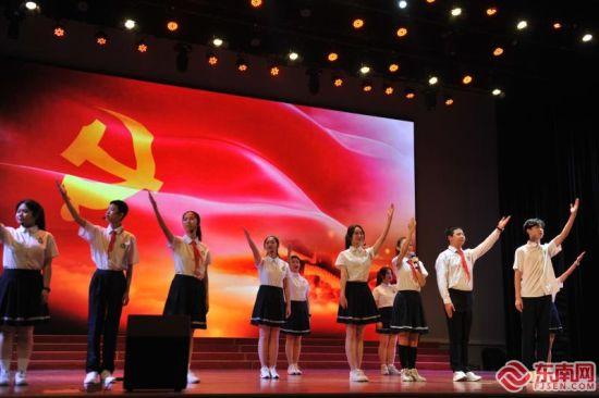 厦门六中学生在朗诵《红船从南湖启航》。福建日报记者庄严 通讯员 江菊香 摄