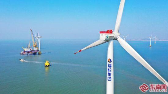 20日,在位于莆田市秀屿平海湾的省重点工程福能三川海上风电项目施工现场,建设者完成F10机位的7MW风机吊装。福建日报记者 林辉 通讯员 郑启团 摄