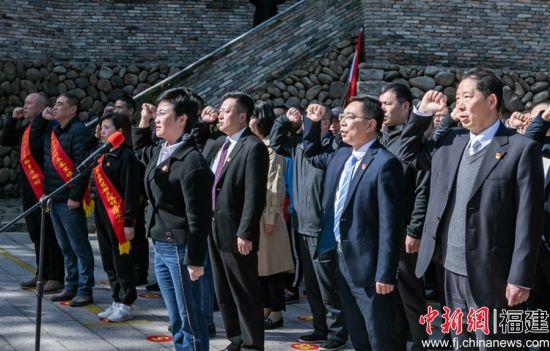 3月25日,光泽县百名党员向党旗重温入党誓言。