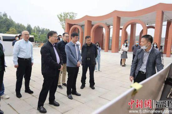 清华附中校长王殿军一行实地考察晋江学校项目。(董严军 摄)
