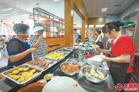 顾客在琳琅满目的沙县小吃前点餐。福建日报记者 王毅 通讯员 郑思红 摄