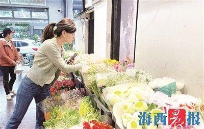 清明将近,厦门鲜花市场升温。见习记者 王温萍 摄