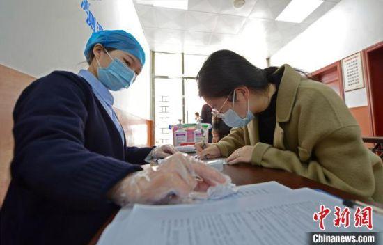 资料图:3月26日,泉港区后龙镇卫生院接种点,民众正在接种新冠病毒疫苗。 林弘梫 摄