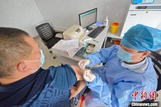 资料图:3月26日,泉港区中医医院接种点,民众正在接种新冠病毒疫苗。 林弘梫 摄