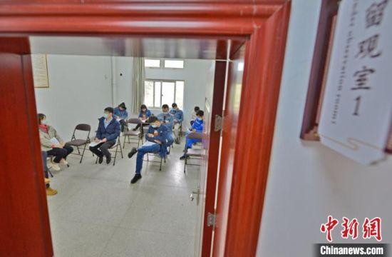 资料图:泉港区中医医院接种点留观室,接种后民众正在休息,30分钟无异常后就可以离开现场。 林弘梫 摄