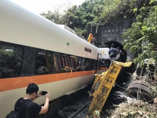 2日上午,台铁408次太鲁阁号发生脱轨事故。图片来源:台湾《联合报》 记者王燕华 摄
