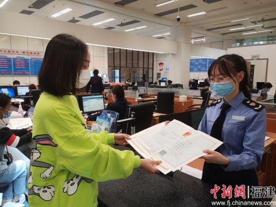 """福州市市场监督管理局窗口工作人员为企业负责人提供""""一件事打包办""""服务。"""