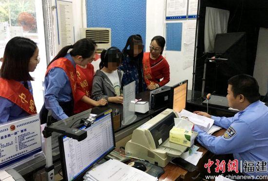"""云霄县检察院协助各部门为""""黑户娃娃""""办理户口登记。"""