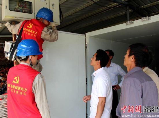 国网永安市供电公司西洋供电所员工向村民讲解电烤笋项目。陈文鑫 摄