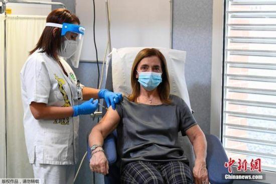 当地时间12月27日,欧盟多个成员国正式启动新冠疫苗接种工作。图为意大利的一名医护人员正在进行新冠疫苗接种工作。