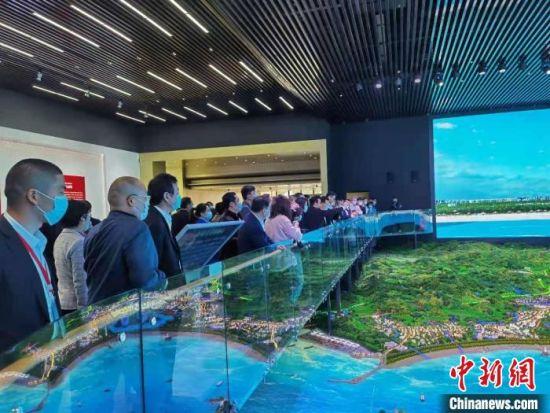 """""""中国侨商投资(福建)大会""""首批考察团组一行60余人赴福州、泉州考察,寻找投资项目。 郑江洛 摄"""