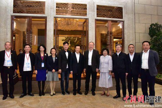 福建省委领导与侨商会成员合影。